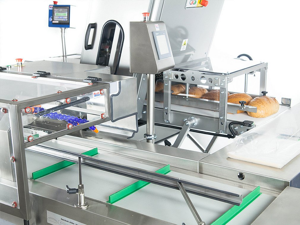 Breadslicing and packaging line closeup